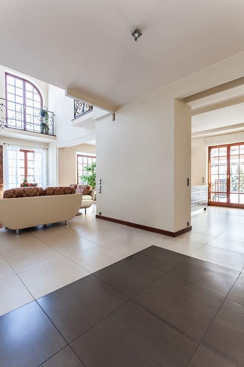 Unterschiedliche Bodenbeläge definieren die Räume in modernen Wohnungen