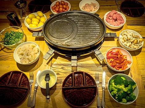 Raclette Zutaten werden am einfachsten in kleinen Schüsseln verteilt