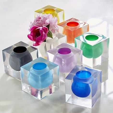 Bunte Vasen sorgen für Farbtupfer auf der Festtafel