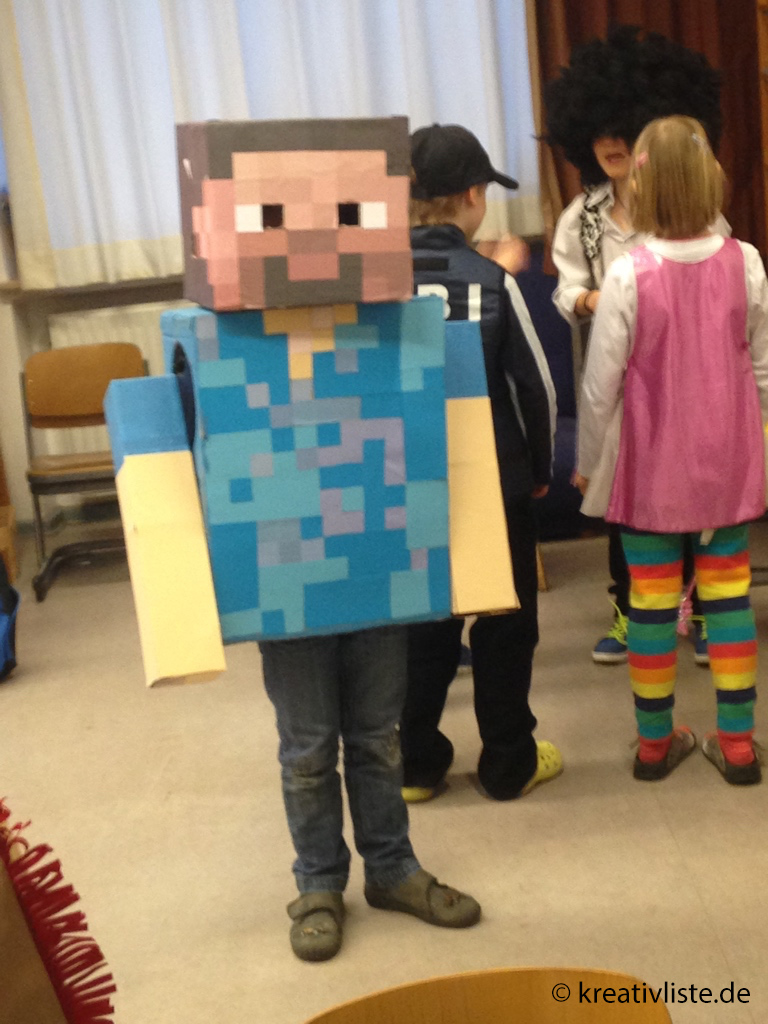 Aus Pappkartons bastelt man in wenigen Stunden ein Minecraft-Kostüm