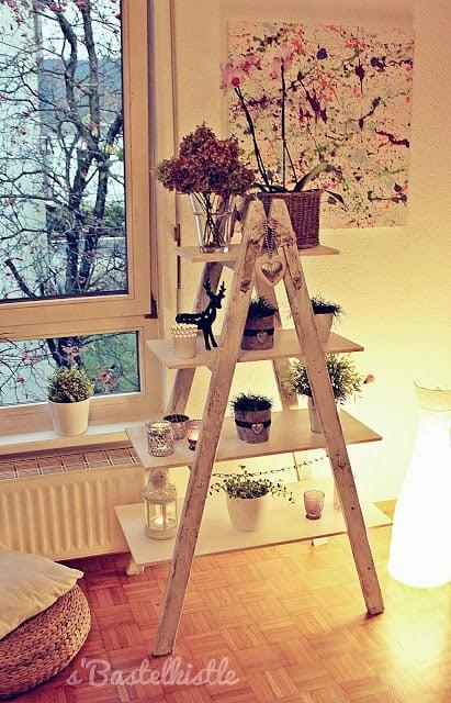 Eine Leiter dient hier als Ständer, Bretter aus dem Baumarkt werden zum Regalboden