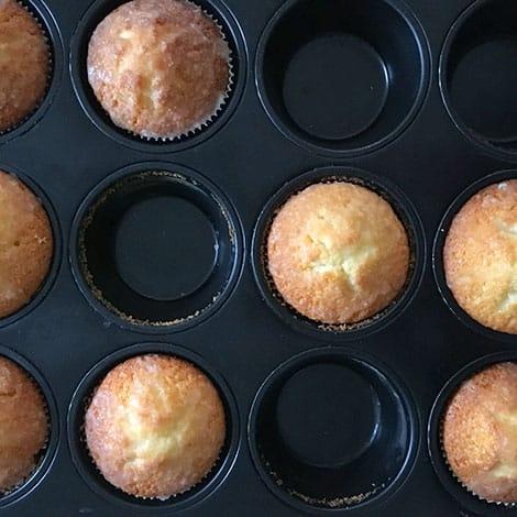 Fertige Muffins am Ende noch mit Zuckerguss verzieren