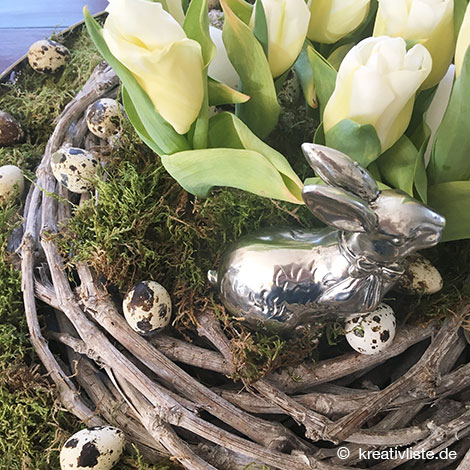 Die Tulpen sind in Erde gepflanzt, der Pflanztopf ist versteckt unter Moos