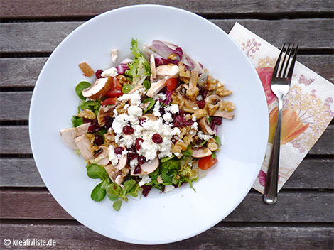 Salat mit Feta, Cranberries und Walnüssen