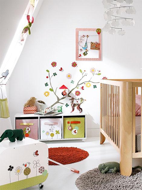 Kinderzimmer gestalten mit tollen wandstickern teppichen und gardinen for Babyzimmer gestalten junge