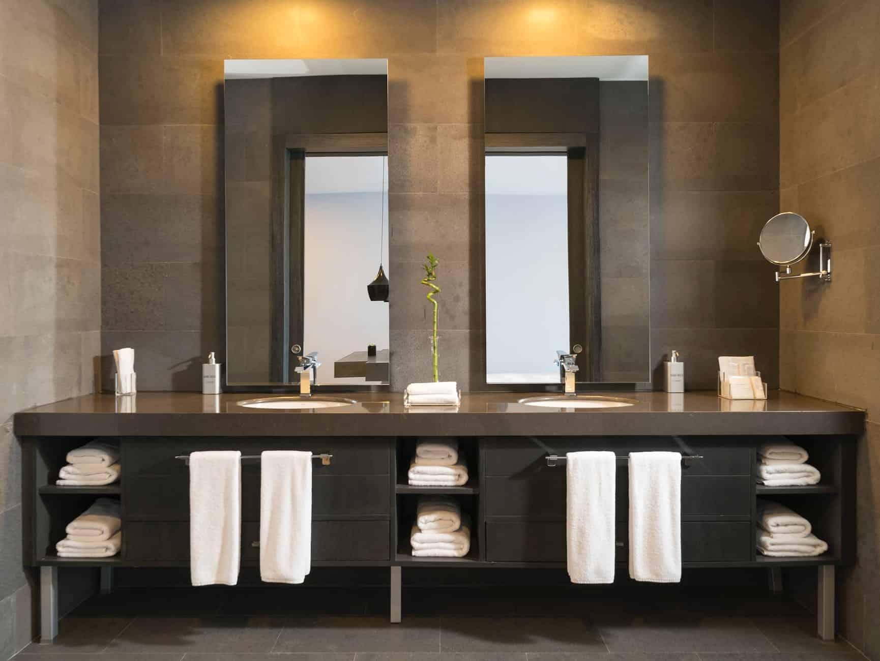 Badezimmer modern gestalten mit naturmaterialien und glas - Bad modern ...