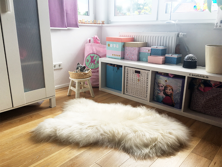 Kuschelig und warm: ein Schaffell als Teppich im Kinderzimmer