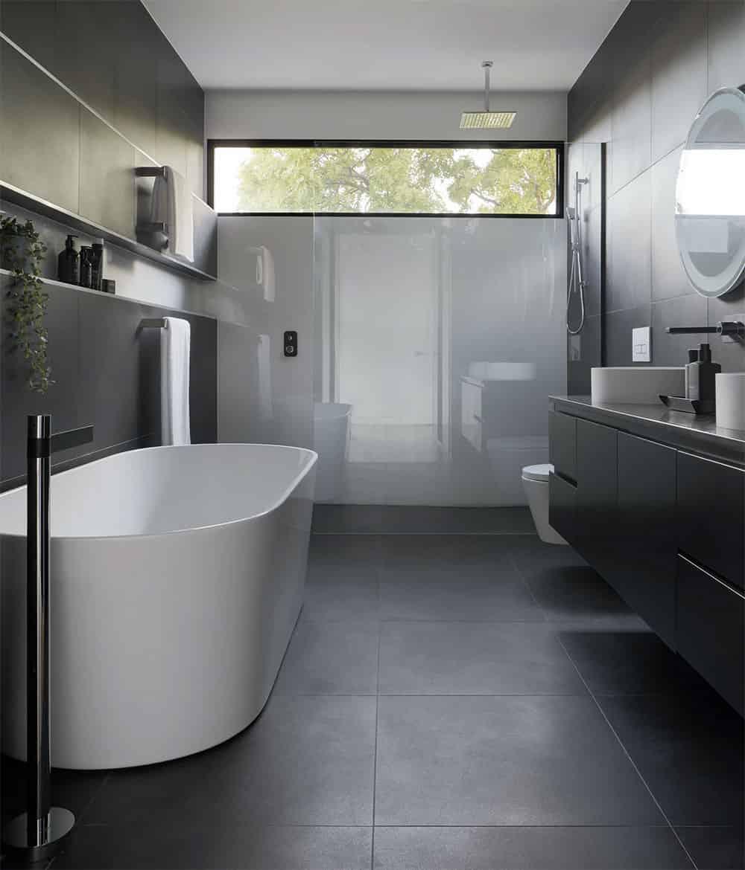 Ein kleines Badezimmer erscheint durch den Einsatz von Spiegeln größer