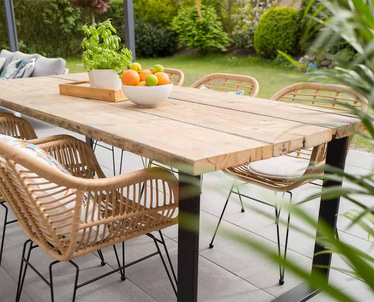 Zum Frühjahrsputz gehört auch die Pflege der Gartenmöbel