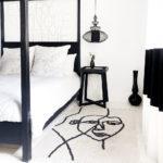 Teppich in Schwarz-Weiß mit Gesicht