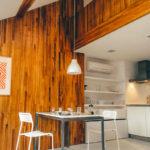 Beeindruckend: Holzwand im Raum