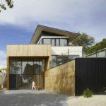 Es sieht sehr elegant aus, wenn Holz trifft auf weiße Fassaden trifft