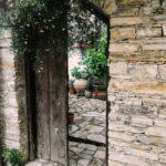 Steine für Zuwegungen im Garten fügen sich hervorragend in die Natur ein