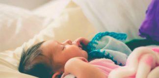 Damit das Kind gut schlafen kann, sollte man das Babyzimmer entsprechend herrichten