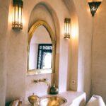 Orientalisch einrichten im Badezimmer mit Metall-Dekorationen