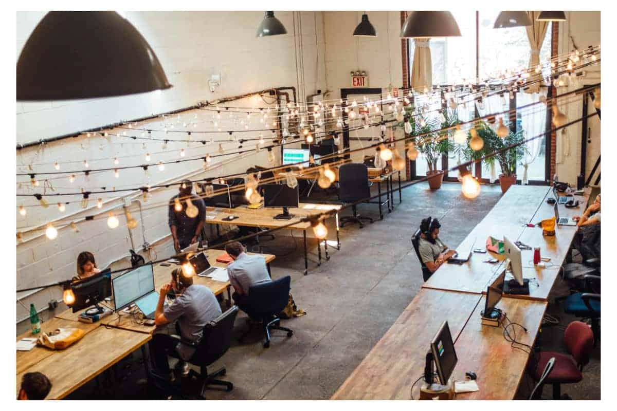 Kontakte knüpfen in einem Coworking Space Center