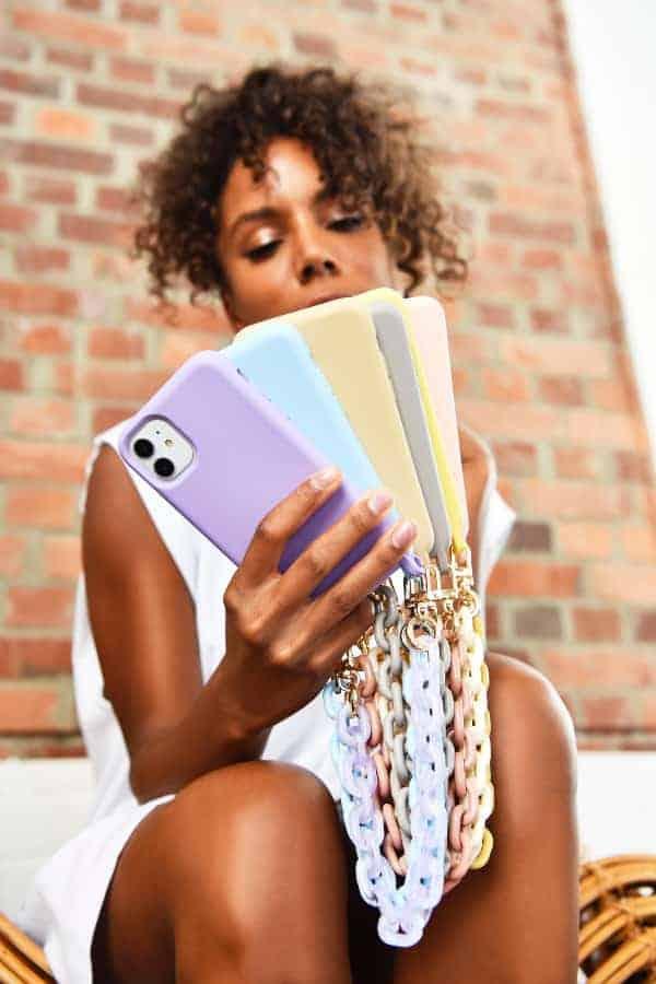 Praktisch und modisch zugleich: eine Umhängetasche für das Smartphone