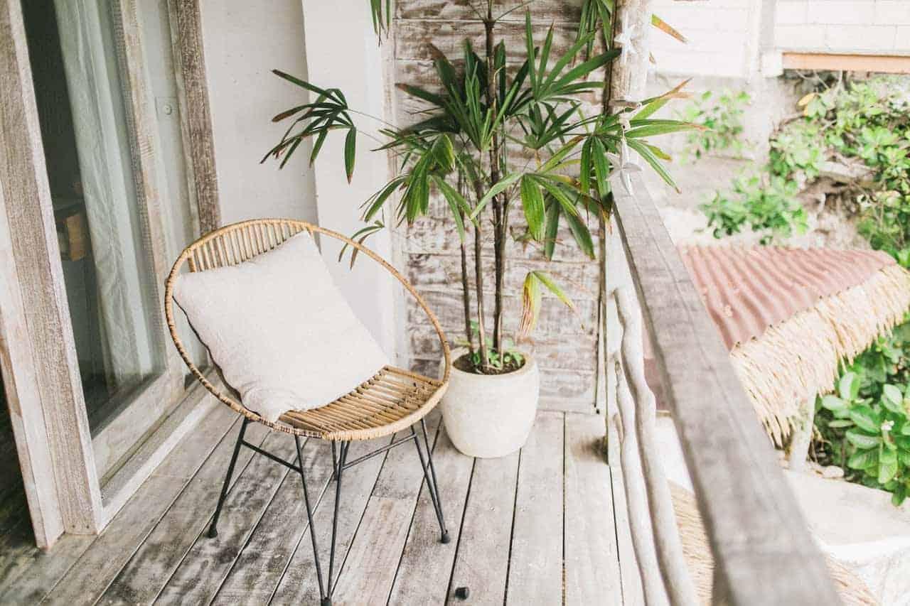 Balkon mit Pflanzen auf mehreren Ebenen