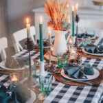 Mit Kerzen und dekorierten Vasen sowie Platzsets kann man den Tisch skandinavisch dekorieren