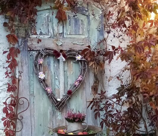Herbst trifft Romantik bei dieser herzförmigen Deko